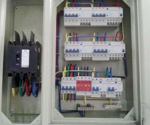 配电箱是按电气接线要求将开关设备,测量仪表,保护电器和辅助设备组装在封闭或半封闭金属柜中或屏幅上,构成低压配电装置.正常运行时可借助手动或自动开关接通或分断电路.故障或不正常运行时借助保护电器切断电路或报警.借测量仪表可显示运行中的各种参数,还可对某些电气参数进行调整,对偏离正常工作状态进行提示或发出信号.